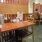 うまや - テーブル席が中心のこのお店では九州の食材を使った様々な定食や炭火・創菜料理を楽しむ事が出来ます。