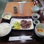 うまや - 料理写真:注文した牛タン炭火焼定食は炭火焼の牛タンと小鉢、汁椀、香の物、ご飯とトロロで1050円です。  また定食のご飯は白米と麦入りが選べたんで麦入りを選んでみました。