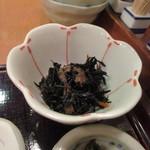 うまや - この日の小鉢はヒジキの煮込み、小鉢にはぴったりの一品です。