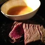 34728581 - 黒毛和牛の瞬間燻製 溶き卵ですき焼きみたいに食べる。