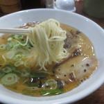 こだいこ - 麺は、ストレートのやや細麺