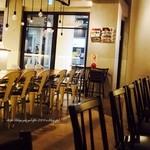カフェ&ブックス ビブリオテーク - 窓ガラスの向こうは改札口