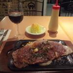 バンビ - 栃木県産黒毛和牛特製ロース鉄板焼 180g、グラスワイン赤