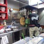 六盛 - 「冷麺」「温麺」は注文を受けてから製麺機で作ります