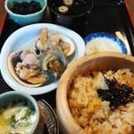 手こね茶屋 おはらい町中央店 - ウニ丼と大アサリとサザエを焼いたののセット