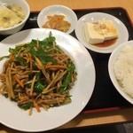 34740305 - 青椒肉絲定食。夜もお手頃な定食メニューが豊富なのも同店の魅力です( ´ ▽ ` )ノ