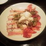 バーアムスルーム - お勧め3点盛り合わせ イベリコチョリソー 水牛のモッアレラ グアンチャーレ(豚バラ肉の岩塩漬け)