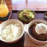 34741749 - デミグラスソース+トマトソース                       近江牛合挽きミンチの煮込みハンバーグ                       ポーチドエッグ添え                       サラダ・スープ、ドリンク付き 1200円