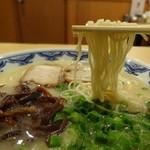 34742858 - 博多らーめん(700円)の麺アップ