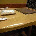 助六 - 堀こたつ方式のテーブルに足元ホットカーペット敷き