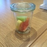 カジュアルダイニング ムッシュいとう - 瓶にフルーツってオサレに見えます♪