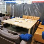 フレンチ屋台総州 - こんなスゴいソファ席もありました。 ソファ・テーブル共に低めで寛げそうです。