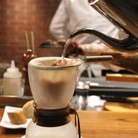 AU GAMIN DE TOKIO-サイフォン式一番搾り焼きリゾット茶漬け の出汁を取ってます (2015/01)