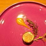 リョウリヤ ステファン パンテル - <2015年2月>定番のフォアグラのコンフィを奈良漬けで巻いて。南国フルーツのソースで。構図はお店のHPのパクリです(笑)