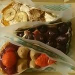 34770213 - 結晶型 特撰バナナと黒糖クリームのティラミス&紫芋のスイートポテトタルト&波型 赤いフルーツとチョコレートスフレのタルト