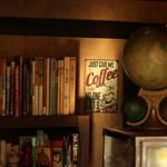 マンハッタン珈琲店 - 本棚とポスター