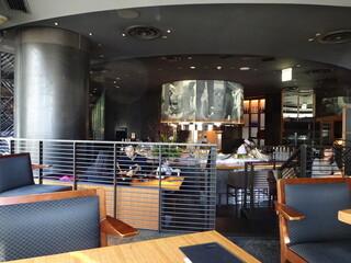 美食 米門 品川店 - 円形のカウンターの周りに、階段状にテーブル席が並んでます