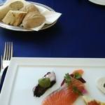 34776372 - 前菜とパン、ブルーのテーブルクロスが素敵です。