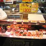 崔おばさんのキムチ - 店頭には色々な種類のキムチが販売されております。                             試食もさせて頂けます。