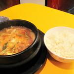 崔おばさんのキムチ - 味噌チゲ・ライス付き780円を注文しました。                             韓国でテンジャンチゲと言われるもので、いわゆる味噌汁です。