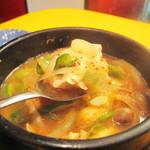 崔おばさんのキムチ - メニューの説明書きには『全然辛くない』と書かれていますが、キムチよりも辛いです。                             。具は、野菜や豆腐に加えて、あさりも入ってるので旨辛で美味しいです。