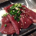 もつしげ - レバー皿 ¥530外 焼きレバーです。 好みの焼き加減を聞いてくれます!