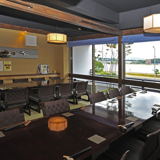 【しじみ館】の2階にあり、窓辺からは宍道湖を一望できます