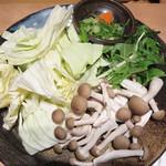 大衆居食家 しょうき - 野菜はこんな感じ。       追加しなくても、十分な量でしょうか。シメの雑炊や麺(ちゃんぽん・ラーメン)の追加オプションもあります。