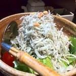 魚料理 ぎん - 釜揚げシラスたっぷりのサラダ
