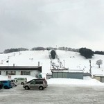 34782104 - スキー場とロッジ(食堂含む)全景