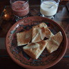 INKA WASI - 料理写真:お通しのようなもの(カリカリのパンにガーリックソースとサルサソースのような辛いソース)