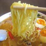 山ちゃん亭 - ゆるやかに縮れた中細麺