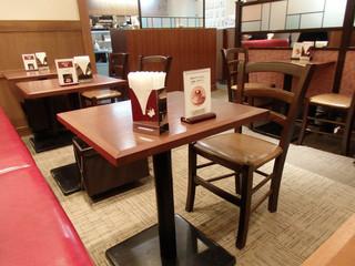 喫茶トリコロール  松坂屋上野店  - テーブル席とソファー席