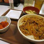 すき家 -        牛丼(並)+みそ汁+納豆+キムチ、税込みで561円
