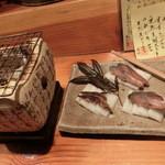 魚料理 ろっこん - 「鯖のへしこ」は炭火で軽く炙り、大根で挟んで頂きます~。