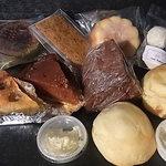 プティ ボヌール - 奥左から、ブルトンガレット、フィナンシェ、レモンケーキ、おまけのスノーボール、手前左から、ブドウのタルト、タルトタタン、チョコシフォン、スコーン、ハニースコーン(&クロテッドクリーム)