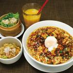 ・温玉入り麻婆麺 ・ずわい蟹とレタスのミニ炒飯