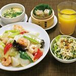 ・海老と青菜のあんかけ焼そば ・干し豆腐サラダ