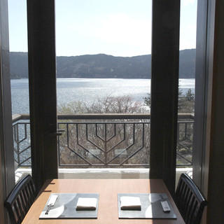 芦ノ湖と箱根の山々の絶景がおもてなし