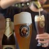 ツム・シュバルツェン・カイラー - 料理写真:美味しい白ビールはゆっくり丁寧に注ぎます。