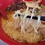 まこと屋 - 全部のせ牛醬ラーメン(990円)麺リフト