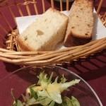 34829063 - ランチ。サラダと二種類のパン