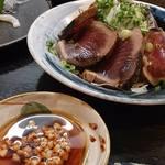 34829637 - 鰹のたたきはひき割り納豆入りのポン酢で頂きました。                       これにはビックリ!!めちゃくちゃ美味しかった!!