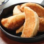 京都祇園 門扇 - 門扇焼:特製生地に餃子の餡を入れ、オーブンで焼き上げました。サッサクの食感とジューシーな餃子餡が絶妙にマッチしています。