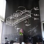 ル ミュゼ ドゥ アッシュ - 壁には辻口さんのデッサンが描かれています