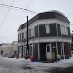 カフェ・ホートン - 白とグリーンの可愛い建物