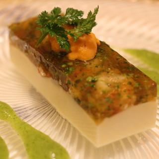 シェ・ヒャクタケ - 料理写真:前菜: お魚のムースに赤座海老がごろんと入ったコンソメゼリーを合わせてあります。生雲丹のせ。 ソースはブロッコリ。 ものすごい量です!