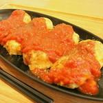 """ヒマワリ カフェ - 料理写真:""""餅とチーズの玉子焼""""はカツオと昆布などからとった旨味のある生地をオリーブオイルで焼き上げ、トマトソースをかけた一品。"""