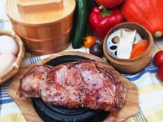 ごはんや農家の台所 - お肉、はみ出してます!