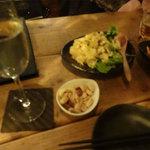 燻製kitchen - お通しのナッツと燻製ポテトサラダです。